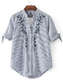 Blusa de rayas con bordado de flor y puños con cordones