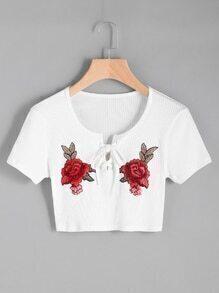 Tee-shirt côtelé brodé des roses en dentelle avec des pièces