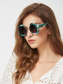 Sonnenbrille mit Dschungelmuster Rahmen und kontrastierener Linse