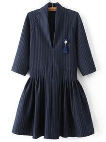 Vestido a rayas con escote V y broche - azul marino