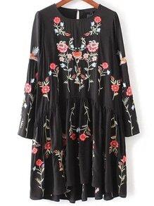 Vestido plisado con bordado floral - negro