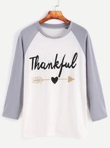 Camiseta asimétrica con estampado de letra de manga raglán
