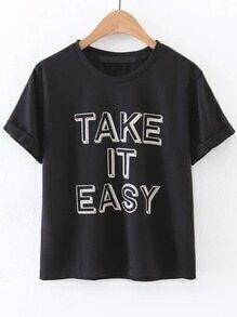 schwarze buchstaben drucken rollte an t - shirt