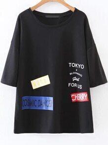schwarze buchstaben drucken ellbogen ärmel - t - shirt
