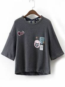 Graues Stickerei-Tropfen-Schulter-Riegel-Rückseiten-T-Shirt
