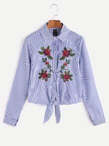 Blaue gestreifte Blume gesticktes Hemd