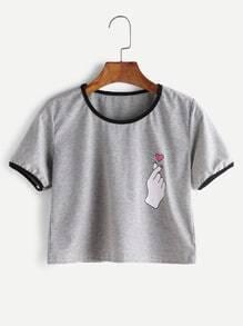 Camiseta corta ribete en contraste con estampado de gesto - gris