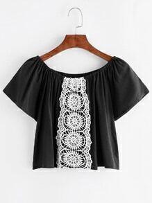 Blusa con cuello barco y detalle de croché en contraste - negro