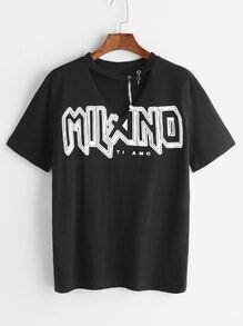 Camiseta cuello con gargantilla con estampado de letra y adornos de metal - negro