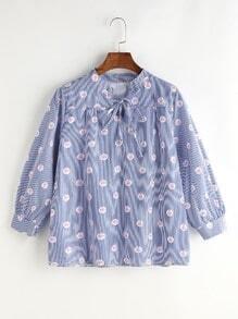 Blusa de rayas verticales con estampado floral cuello con cordón - azul