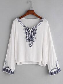 Camiseta con bordado y abertura en V - blanco