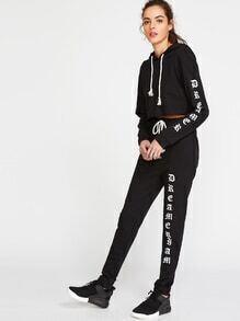 Sudadera corta con capucha y pantalones con estampado de letras - negro