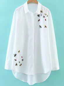 Blusa asimétrica con bordado y una botonadura - blanco