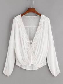 Blusa de croché drapeado en la parte con cordón de flecos - blanco