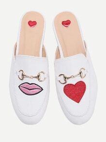 Chinelas estilo mocasín con bordado de corazón y labio - blanco