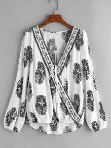 Blusa asimétrica cruzada con estampado étnico y cordón de flecos