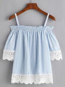Blusa fruncida con hombros descubiertos y ribete con encaje en contraste - azul