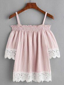 Blusa fruncida con hombros descubiertos y ribete con encaje en contraste - rosa