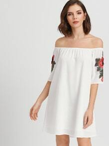 Vestido con aplicación de rosa y hombro al aire - blanco