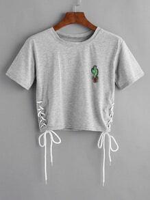 Camiseta con parche de cactus y cordón lateral