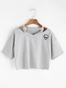 Camiseta escote V con abertura y parche de extraterrestre
