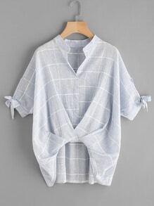 Blusa escote V estampada de cuadros giro delantero de manga con cordón