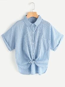 Blusa de rayas con cordón en la parte delantera con ribete delfín y bolsillo en el pecho