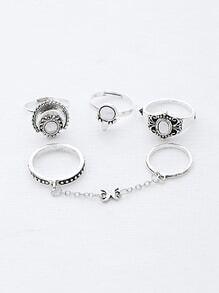 Ensemble d'anneaux liés à la chaîne de pierres précieuses