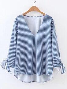 Blusa asimétrica con abertura en V de rayas verticales y puños con cordones