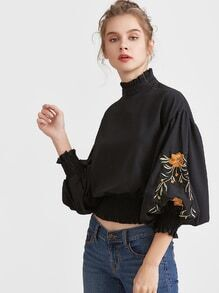 Blusa con bordado de flor de manga farol con ribete fruncido - negro