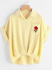 Blusa bordada de manga de doblez con bolsillo
