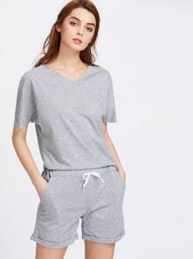 Camiseta escote V con shorts de doblez de cintura con cordón