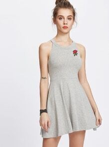 Vestido línea A con parche de rosa de espalda abierta