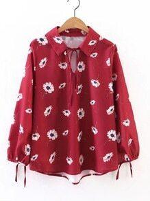 Blusa con estampado de flor en cuello con cordón