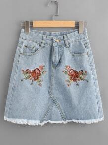 Falda en denim línea A de borde crudo bordado de flor