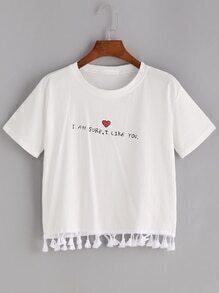 Camiseta con fleco con estampado de corazón y lema
