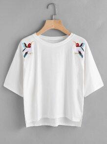 Tee-shirt trapèze brodé avec la chute de l'épaule