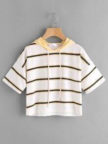 Tee-shirt à capuche à rayures avec un lacet