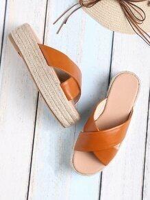 Sandales à fond plat tissé à bretelle