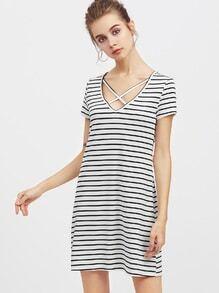 T-Shirt Kleid mit Kreuzgurte, V-Ausschnitt und Strefien