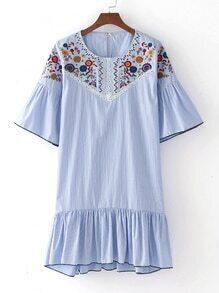 Asymmetrisches Kleid mit Glockärmeln und Raffung