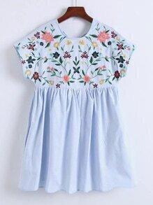 Kleid mit Blumenstickereien und Kappeärmeln