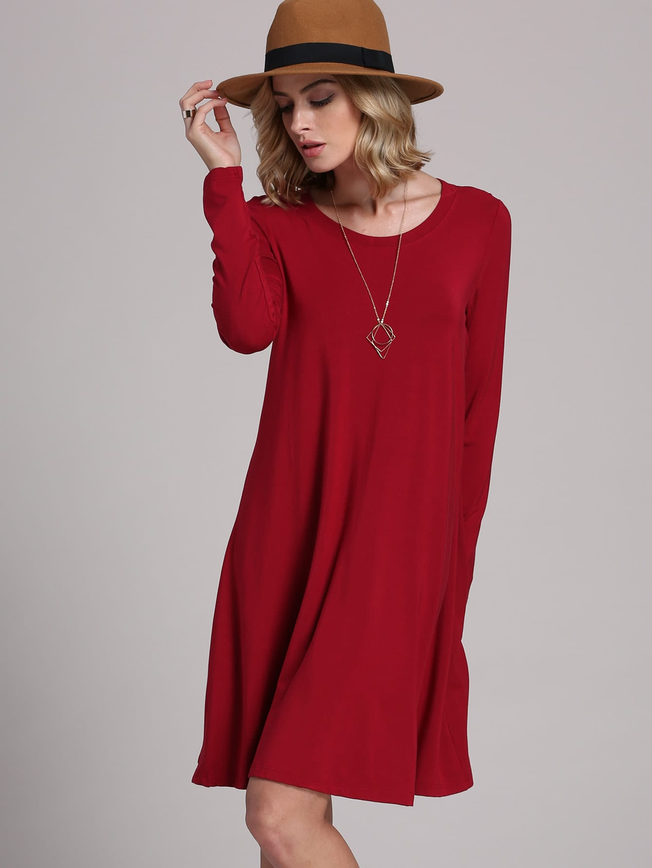 Robe noir avec col rouge
