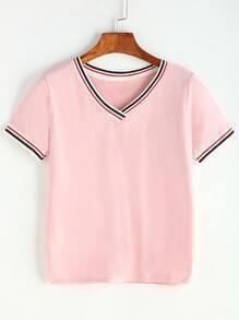 Camiseta escote V con diseño de rayas delgadas