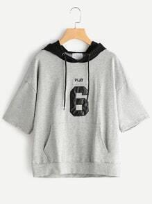 Camiseta con capucha de ojete con cordón estampada de letras