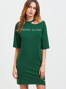 Grünes asymmetrisches Ausschnitt-Schulter-Buchstabe-Druck-beunruhigtes T-Stück Kleid