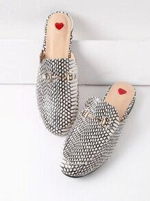 Chinelas estilo mocasín con estampado