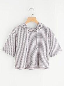 Camiseta deportiva corta de rayas con capucha