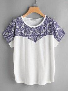 Camiseta con estampado de porcelana de color combinado