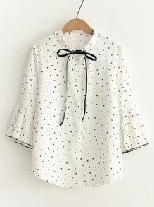 Blusa de lunares de manga campanuda de cuello con cordón